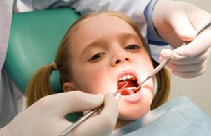 Une première évaluation orthodontique est recommandée vers l'âge de 7 ans