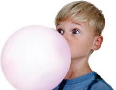 La gomme à mâcher, bubble gum, chewing gum, peut endommager les appareils orthodontiques.