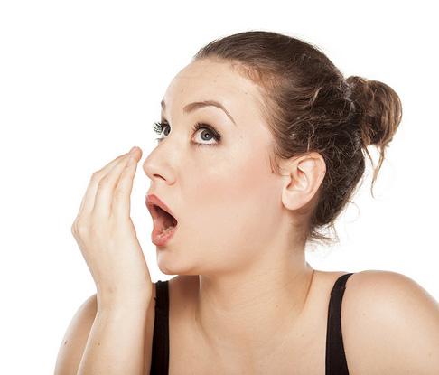 Conseils pour éliminer une mauvaise haleine (halitose). Améliorer l'hygiène buccodentaire.