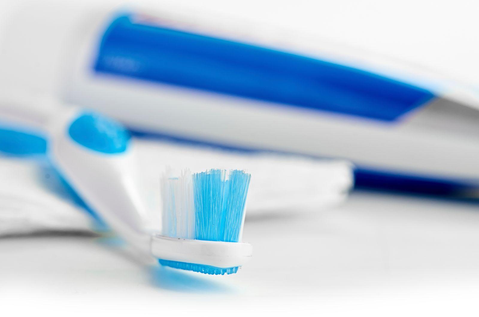 Brosse à dent et dentifrice
