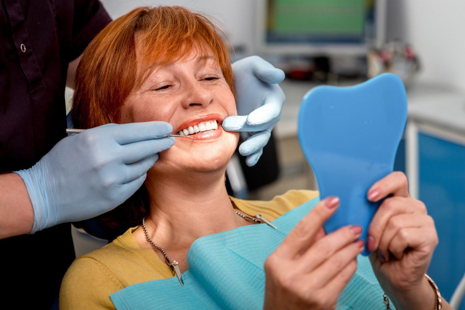 Femme à la clinique avec un sourire radieux