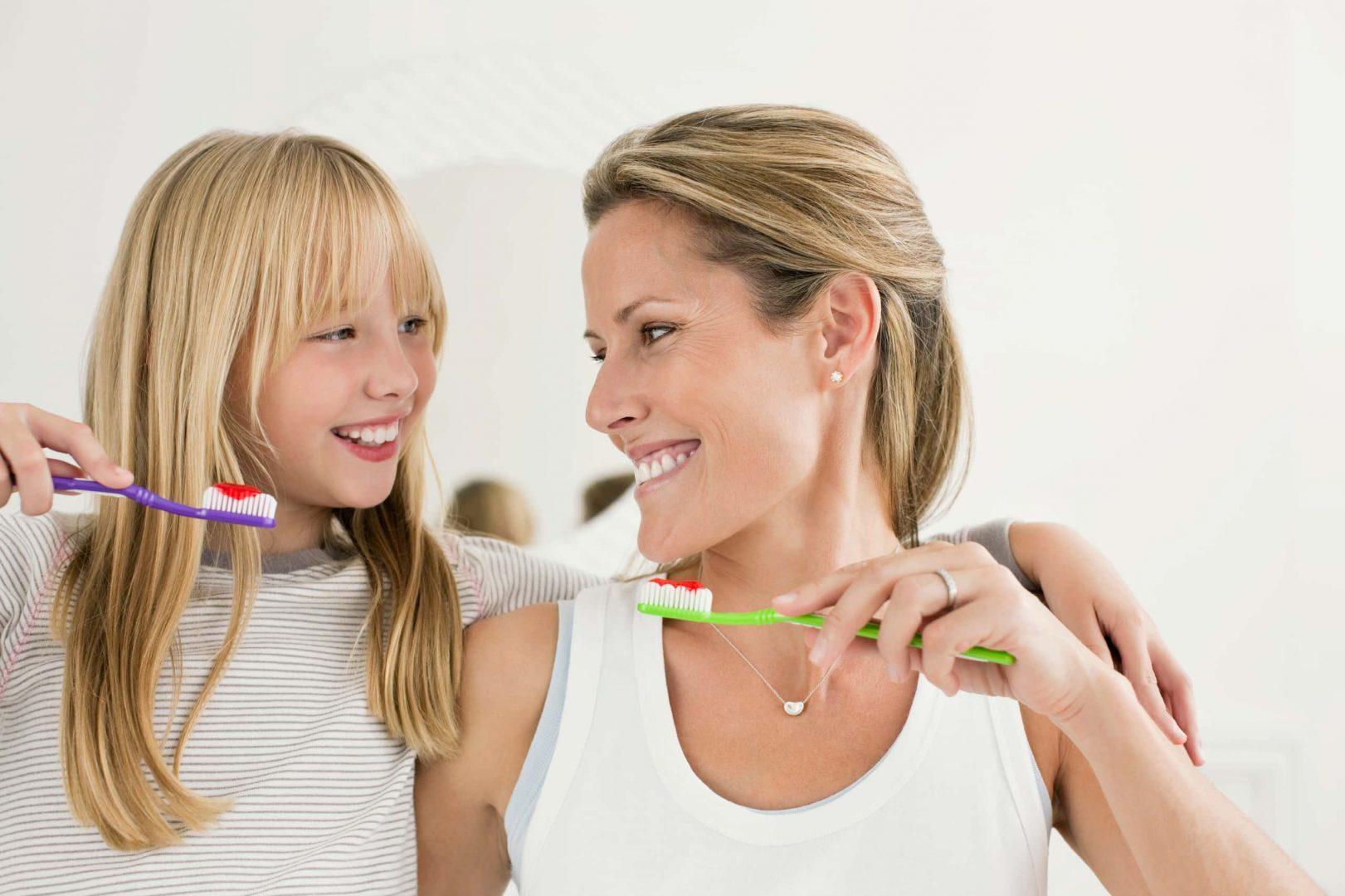 Mère et fille qui se brossent les dents